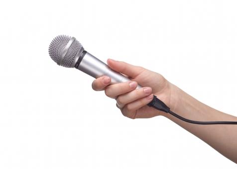 マイク マイクロフォン ハンドマイク 有線 コード シルバー メタリック 手 片手 右手 手首 素肌 つかむ 持つ 握る 向ける かざす 拾う 音響 音声 サウンド オーディオ 機器 発表 司会 インタビュー ハンドポーズ ポーズ ハンドパーツ パーツ 白バック 白背景