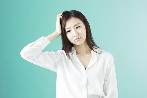 人物 日本人 女性 若者 若い  20代 かわいい 清楚 ロングヘア 長髪  ブラウス シャツ 白 屋内 スタジオ撮影  背景 緑 グリーンバック おすすめ ポーズ  表情 上半身 悩む 考える 疑問 なぜ 頭をかく mdjf009
