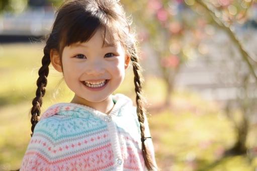 笑顔 子供 こども 子ども 女の子 笑う 明るい 12月 冬 外 日本人 4歳