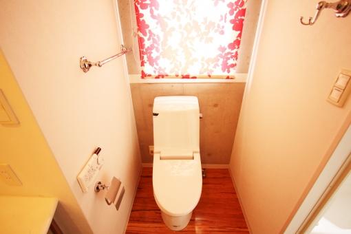 トイレ オシャレ 変わった 赤 カーテン ウォシュレット