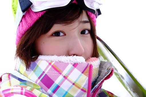 人物 日本人 女性 若者 1人  冬 雪 風景 景色 スポーツ  ウィンタースポーツ レジャー アウトドア 屋外 外  野外 ゲレンデ スキー場 スノーボード スノボー  ウェア 顔 アップ カメラ目線 帽子 ゴーグル mdjf024