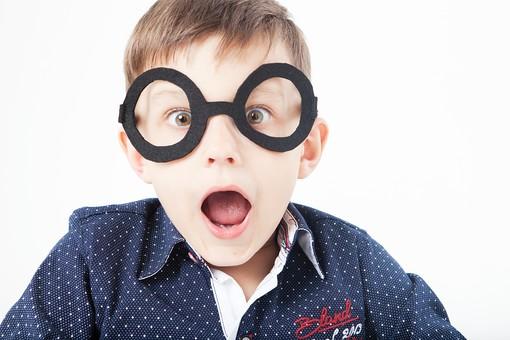 外国人 白人 キッズモデル モデル キッズ 子供 子ども 白バック 白背景 屋内 スタジオ撮影  人物 男の子 男 男児 少年 幼児 小学生 かわいい 上半身 めがね メガネ 眼鏡 伊達眼鏡 だてめがね だてメガネ カメラ目線 驚く 目を見開く 口を開ける アップ 勉強 mdmk033