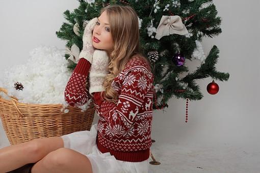 白バック 白背景 グレーバック 外国人 白人 金髪 ブロンド 20代 30代 女性 セーター ニット ノルディック柄 スカート クリスマス Christmas X'mas クリスマスツリー ツリー モミ もみの木 樅の木 モミの木 飾り オーナメント ボール リボン ブーツ 松ぼっくり 座る バストショット バストアップショット 上半身 ポーズ 手袋 ミトン 笑顔 スマイル 笑う 微笑む 籠 かご バスケット 綿 雪 横向き mdff129