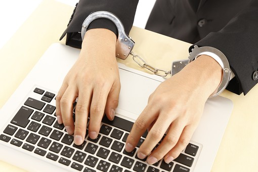 人物 男性 スーツ パソコン PC ノートパソコン 手 手錠 アップ 犯罪 犯罪者 犯人 逮捕 不正行為 違法 事件 ネット犯罪 個人情報 データ 漏えい 流出 不正アクセス インターネット セキュリティ ハッカー ハッキング なりすまし 捕まる 容疑者 不祥事