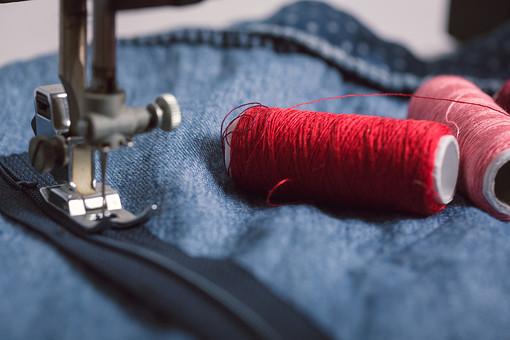 ソーイング 縫い物 裁縫 洋裁 手芸  手仕事 裁縫道具 裁縫用品 アップ 素材  趣味 ハンドメイド ホビー 生活 暮らし  小物 手縫い ファッション 縫う 針仕事 ミシン 部分 パーツ 針 機械 布 洋服 衣服 ファスナー 縫い付ける