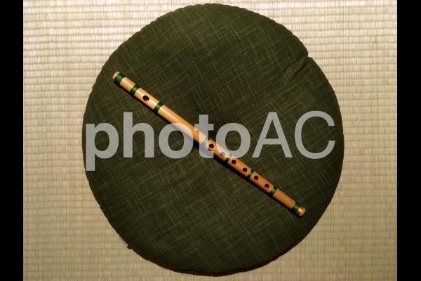 篠笛とまるい座布団の写真