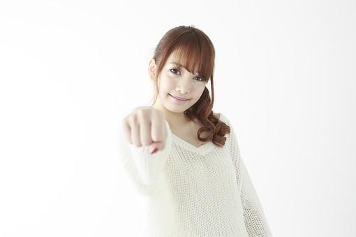 人物 女性 日本人 若い 20代   セーター ニット カジュアル モデル かわいい   キュート ポーズ おすすめ 屋内 白バック   白背景 上半身 仕草 表情 指差し 指さす 示す 指摘 挑戦 チャレンジ 目標 前方 mdjf005