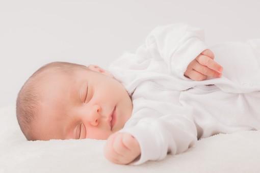 人物 外国人 赤ちゃん 赤ん坊 ベビー ベイビー 新生児 乳児 顔 肌 素肌 しぐさ 手 こぶし 眠る 睡眠 目を閉じる 安心 ロンパース 肌着 白 ホワイト 小さい かわいい 毛布 シーツ 出産 誕生 命 生命 愛情 幸せ 幸福 成長 発育 発達 子育て 育児 ポートレート mdmk013
