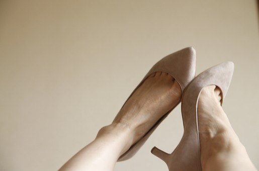 足 脚 あし フット 靴 くつ パンプス ヒール 履く 裸足 素足 女性 女 女子 ウーマン 20代 30代 足元 脚の甲 足の甲 両脚 両足 人物 若い 若者 美容 ヘルスケア おしゃれ お洒落 ファッション