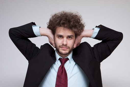 男性 Men 男 男子 外国人 外国人モデル 20代 30代 ビジネスマン サラリーマン スーツ ビジネススーツ 背広 ネクタイ シャツ  白背景 ジャケット 悩む 考える 耳 耳を塞ぐ 耳をふさぐ 聴きたくない 聞きたくない 嫌 いや イヤ 医療 福祉 mdfm045