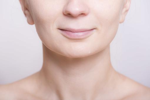 体 人体 生き物 生物 人間 モデル 女性 外国人 異国 整った 若い アップ パーツ 部分 顔 顔立ち あご 口 口元 唇 リップ 鼻 耳 フェイスライン メイク 微笑む mdff020