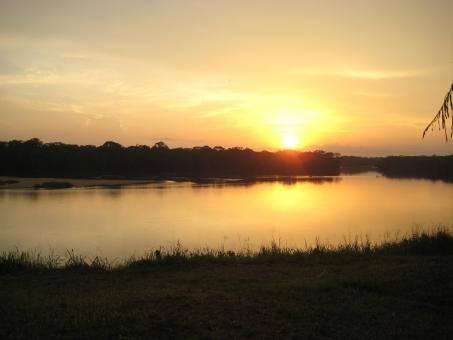 川に沈む夕日の写真