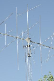 アンテナ 工学 電波 電磁波 通信 送信 受信 送受信 ビーム 青空 空 お空 大空 晴天 晴れ 快晴 青色 青い 青天井 蒼穹 蒼天 棒 無線 爽やか 健やか 葉 葉っぱ