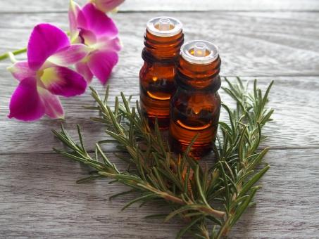 アロマオイル アロマ オイル ローズマリー ハーブ 蘭 デンファレ ピンクの花 アロマテラピー アロマセラピー 香り 精油 エッセンシャルオイル 木目 美容 代替医療 癒し リラックス