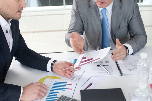 ビジネス 仕事 ビジネスマン 会社 会社員 グローバル インターナショナル 外国人 白人 男性 シャツ スーツ 屋内 室内 オフィス 会議室 ミーティングルーム 机 デスク テーブル 打ち合わせ 会議 ミーティング 話し合い 資料 プリント グラフ 図 統計 手元 アップ