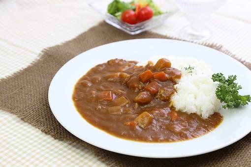 カレー カレーライス ビーフカレー 洋食 ご飯 肉 カレールー 食べ物 野菜 料理 皿 人参 玉葱 プレート じゃが芋 ジャガイモ 馬鈴薯 白米 ライス 米 エスニック料理 スパイス 軽食 煮込み 辛い サラダ