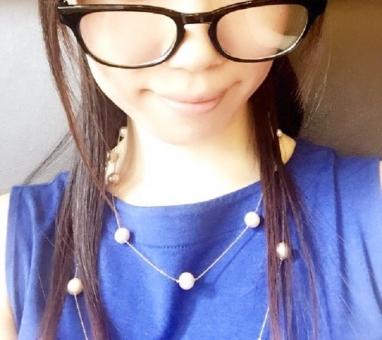 黒縁 メガネ めがね 眼鏡 伊達メガネ 女性 日本人 人物 スマイル ノースリーブ ネックレス レンズ 肌 ロングヘアー 髪 ファッション 夏 若い 20代 30代 ブルー 青 ワンピース 服 唇 笑顔 微笑み ハーフアップ