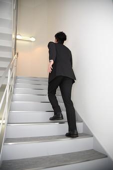 ビジネス 仕事 会社 ビル 建物 建築 建築物 壁 階段 上る 下りる 上下 手すり ライト 電気 電灯 灯り サラリーマン ビジネスマン 会社員 男性社員 男性 男の人 成人 20代 スーツ オフィス内 背中 後姿 室内 屋内 日本人 人物 mdjm003
