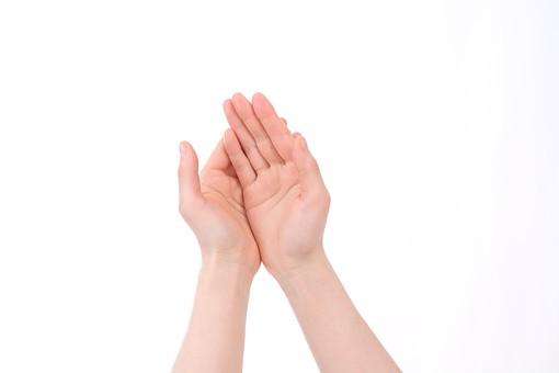 手 ハンド ハンドパーツ 人物 女性 背景 白 白背景 白バック 切り抜き パーツ ボディパーツ 腕 指 手首 ジェスチャー 身ぶり 仕草 肌 余白 シンプル コピースペース 両手 重ねる 触る 保湿 揉む 潤い ハンドクリーム ビューティ スキンケア 若い 明るい 塗る 受け取る 受け止める 愛情 優しい 助ける 助け 差し出す 大事 大切 合わせる