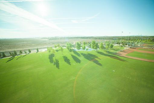 自然 空 グラデーション 白 雲 飛行機雲 高い 広い 壮大 広大 雄大 光 太陽 太陽光 日光 陽射し 土 地面 木 樹木 植物 葉 葉っぱ 芝生 草原 シルエット 影 無人 風景 景色 道路 アメリカ 外国 施設 設備 街灯