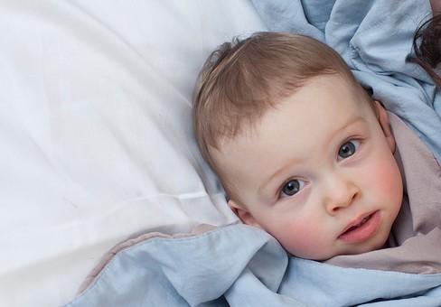 赤ちゃん 外国人 子供 子ども こども 男の子 男児 乳児 ライフスタイル ベビー ベッド 布団 ふとん 寝る 寝転ぶ 一緒 母 母親 ママ お母さん 子守 子守り 寝かしつけ 寝かせる 金髪 親子 母子 横になる ブルー系 アップ mdmk030