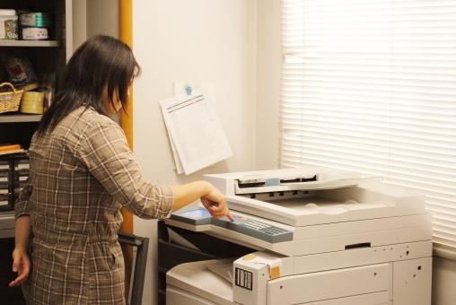 コピー コピー機 fax ファックス プリンタ プリンター 事務 事務所 事務室 事務作業 女 人物 人 女の人 女性 モデル 社員 ブラインダー 操作 機器 オフィス機器 複合機 事務機器 オフィス 情報 ビジネス 事務処理 office 会社 仕事 作業 勤務 働く job 数字 番号 ボタン 画面 通信機 送る 送信 書類 データー データ 印刷 機械 紙媒体 複写 模写 有体物再製 絵画 文書 複写機 インキ 印刷物 事務機 インク カラーコピー ohpシート 大量印刷 a2判 a4 b5 屋内 室内 職場 仕事場 コピーする 会議 準備 打ち合わせ 相談 ファクシミリ 背景 素材 背景素材 景色 風景 イメージ 写真 イメージ写真 バックグランド バックイメージ 余白 余白あり 余白有り space スペース テキスト コピースペース バック テキストスペース 白バック 白背景 白 白余白 ホワイトバック 昼 日中 昼間