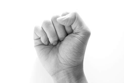 男性の手 男の手 手 指 拳 コブシ こぶし げんこつ ゲンコツ 拳骨 ガッツポーズ 握りこぶし 握り拳 ぐー グー ジャンケン 力 パワー 強さ 大人の手 人間 手ごたえ 手応え よし ヨシ てごたえ 背景 素材 確信 自信