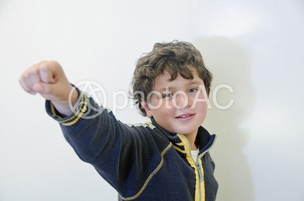 男の子のハンドサイン3の写真