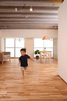 子供 幼児 こども 子ども 息子 男の子 遊ぶ 走る 走り回る リラックス 休日 住宅 笑顔 リビング 住宅 日本人 部屋 室内 リビング フローリング mdmk024