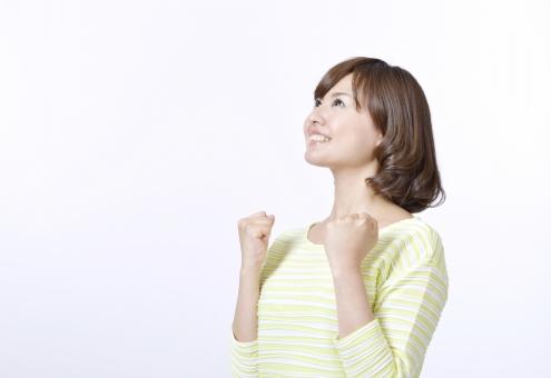 人物 女性 女の子 若い 若者 20代 日本人 屋内 スタジオ撮影 白バック 白背景 上半身 横向き ガッツポーズ 上を向く 見あげる 見上げる 成功 チャンス 希望 うれしい 喜ぶ 笑顔 かわいい 余白 コピースペース ジェスチャー 仕草 サクセス mdjf003