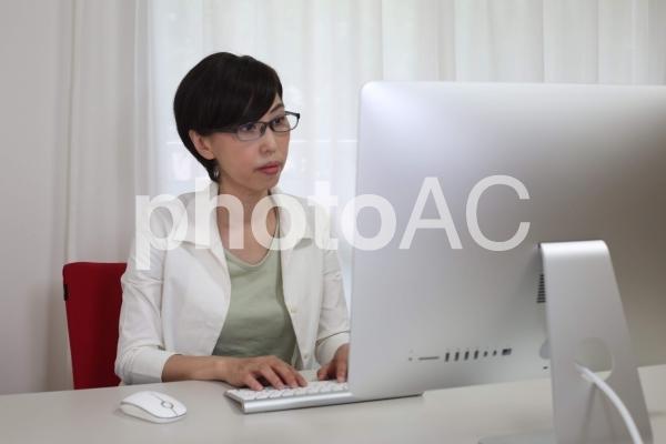 パソコンで仕事をする女性の写真
