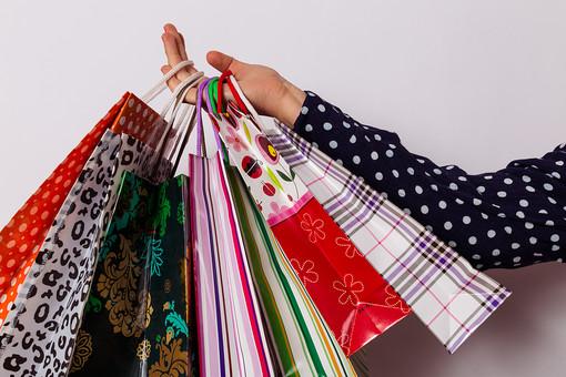 ショッピング 買い物 休日 紙袋 ショッパー ショッピングバッグ バッグ 袋 手提げ袋 紐 荷物 包装 ギフト プレゼント セール 贈り物 店 デパート 百貨店 柄 模様 ドット 豹柄 チェック ファンシー 可愛い カラフル ストライプ 沢山 持つ 手 白背景