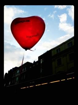 ハート heart 空 浮かぶ うかぶ そら sky SKY Sky 赤 Red 青空 青 空色 雲 街 影 バレンタイン 風船 balloon