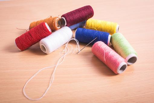 ソーイング 縫い物 裁縫 洋裁 手芸 手仕事 裁縫道具 裁縫用品 アップ 素材 趣味 ハンドメイド ホビー 生活 暮らし 小物 手縫い ファッション 縫う 針仕事 糸 糸巻き カラフル 複数 雑貨 日用品 針