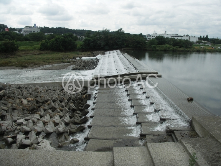 川の堰の写真
