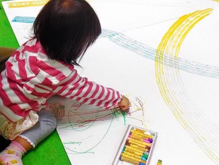 子ども 子供 こども kids あそぶ 遊ぶ 遊び あそび 絵 絵をかく 絵を描く 絵を書く おえかき お絵かき お絵描き お絵描 落書き らくがき ラクガキ クレヨン くれよん カラフル 自由 のびのび 書く 描く 座る すわる 右手 大きい 楽しい たのしい 面白い おもしろい 夢中 喜ぶ よろこぶ わくわく ワクワク 塗る ぬる カキカキ ぬりぬり 女の子 ガール 少女 女子 幼児 幼い 小さい 小さな 子 就学前 園児 幼稚園 幼稚園児 保育園 習い事 キッズルーム イベント 紙 画用紙 模造紙 汚れる 汚れ 床 壁 室内 屋内 雨 雨の日 児童館 支援センター 公民館