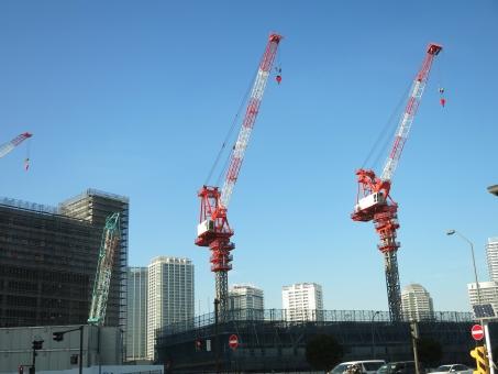 タワー クレーン マスト ビル フック 16 横浜 工事 建設 建築 解体 吊り 赤 青 白 空 現場 都市 都会 大型 マンション