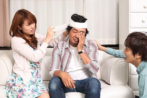 人物 日本人 男性 女性 中年 若者 カップル 夫婦 男女 20代 40代 歳の差 屋内 室内 部屋 リビング ソファ 怪我 けが 介抱 包帯 頭 手当て 巻く 心配する オーバーリアクション mdfj012 mdjm009 mdjm010