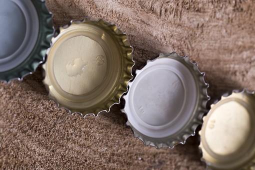ビン 瓶 bottle ボトル 王冠 ふた 蓋 キャップ 上蓋 開ける 開封 飲み物 ドリンク drink ジュース juice お酒 酒 ビール beer 麦酒 テーブル table ウッド wood 木 木目