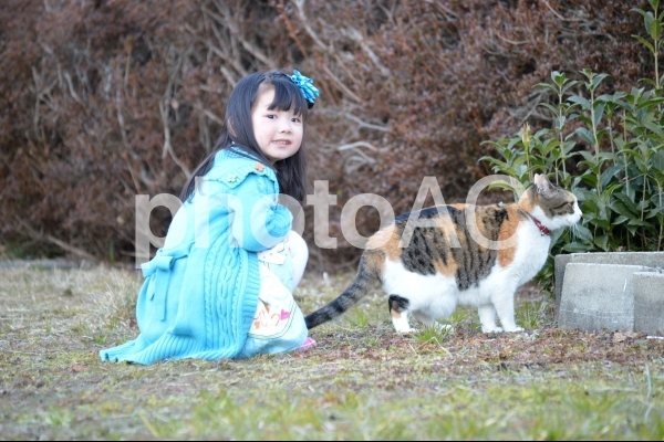 子供と猫の写真