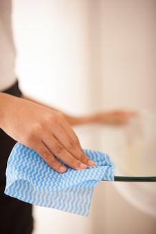 屋内 室内 部屋 家事 生活  暮らし 家庭 家 住宅 掃除  清掃 テーブル 机 ガラス 人物 女性 手元 アップ ふく 拭く 拭き取る 布巾 ふきん 雑巾 ぞうきん ハウスクリーニング ハウスキーピング