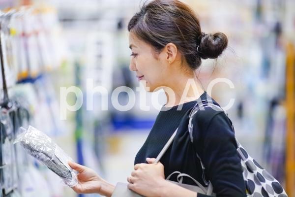 買い物をする女性の写真