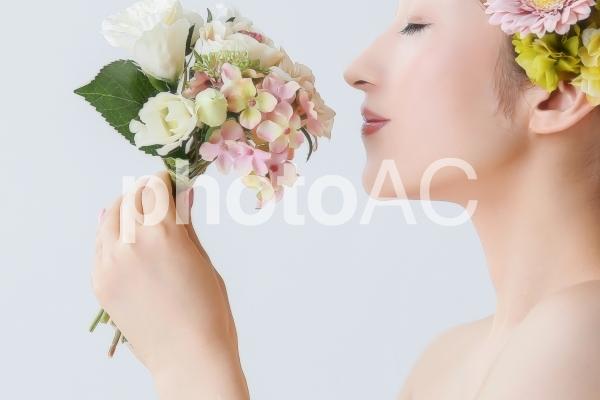 花の匂いを嗅ぐ女性の写真