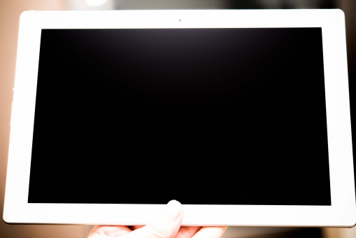 タブレット スマートフォン 手 モニター 写真 女性 ウェブ インターネット ブログ ホームページ メール タッチパネル スライド 通信料 電化製品 IT リサーチ ビジネス エンターテイメント アプリ ダウンロード アップロード 動画 視聴 調べる 探す プレゼンテーション