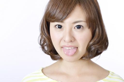 人物 女性 女の子 若い 若者   20代 日本人 屋内 スタジオ撮影 白バック   白背景 ジェスチャー 仕草 かわいい 可愛い 顔 正面 アップ あっかんべー あっかんべえ 舌 出す おどける ユーモラス 表情 侮蔑 軽蔑 mdjf003