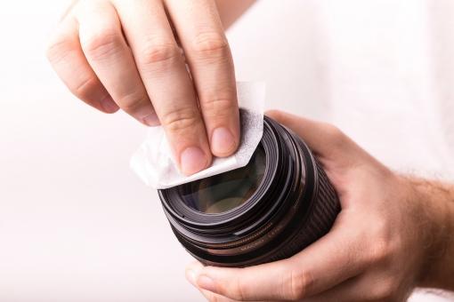 レンズ カメラ 一眼レフ レフ 一眼レフカメラ デジタル一眼レフ デジ一 黒 ブラック 清掃 掃除 メンテナンス 手入れ ボディパーツ 手 指 拭く 拭き取る 埃 汚れ 繊細 優しく 柔らかい布 拭う 白バック 白背景