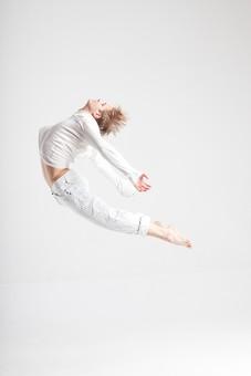 ダンス ダンサー ポーズ 体勢 姿勢 体位 ステップ 踊る 踊り 運動 スポーツ 振り付け 振付 振り 男性 男 外国人 金髪 若い 全身 バレエ バレリーナ 飛ぶ ジャンプ 跳躍 反る 反らす 弓なり アーチ カーブ 湾曲 腕 両腕 後ろ 横顔 足 脚 伸ばす 背景 白 ホワイト mdfm074