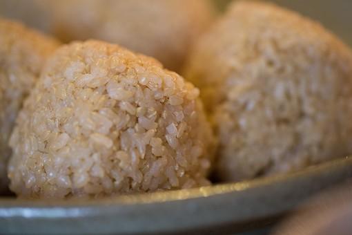 おにぎり おむすび 握り 玄米 米 食卓 料理 食事 ご飯 夕飯 夜ご飯 昼ごはん 昼食 朝ごはん 朝食 米粒 皿 和食 日本 日本食 郷土料理 ふるさと 味 味自慢 味覚 食味