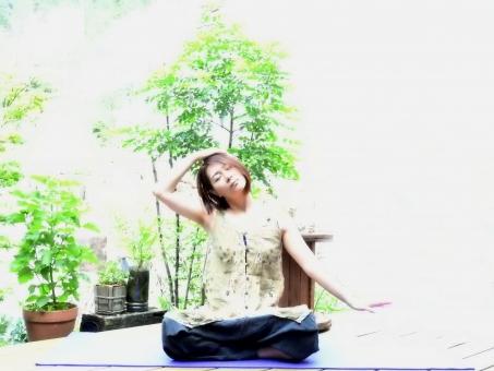 女性 ヨガ 日本人 ヨガポーズ yoga よが ポーズ 女 大人 美容 健康 あぐら 座る 運動 屋外 外 晴れ 晴天 1人 人物 人間 人 木 ウッドデッキ ヨガマット 7月 8月 夏 季節 ストレッチ