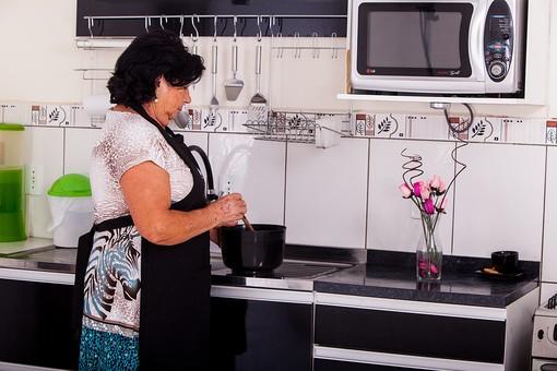 人物 女性 外国人 外人 外国人女性 外人女性 中年 熟年 年配者 50代 60代 中年太り 肥満 ぽっちゃり 肥満女性  室内 部屋 家事 キッチン 台所 料理 クッキング エプロン 立ち姿 立つ 鍋 シニア mdfs011